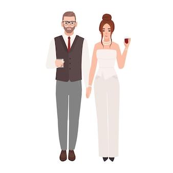 Elegantes romantisches paar in luxuriösen abendoutfits, die gläser mit getränken auf weißem hintergrund halten. modischer mann und frau gekleidet für party oder veranstaltung. flache cartoon-vektor-illustration.