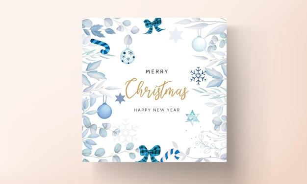 Elegantes weißes weihnachtskartendesign mit blättern und weihnachtsschmuck