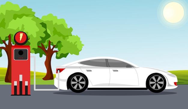 Elektroauto flaches infografikkonzept. elektroauto der weißen farbe auf ladestation, grünem baum, sonne, hintergrund des blauen himmels. illustration im flachen cartoonstil.