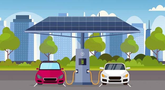 Elektroautos laden auf elektrische ladestation mit sonnenkollektoren erneuerbare umweltfreundliche transportumweltpflegekonzept modernen stadtbildhintergrund horizontal