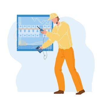 Elektroingenieur, der elektrischen panel-vektor überprüft. elektriker mit messgerät zur überprüfung der elektrischen spannungskabelverkabelung in der hauptstromplatine. charakter-flache cartoon-illustration