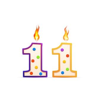 Elf jahre jubiläum, 11 nummerförmige geburtstagskerze mit feuer auf weiß