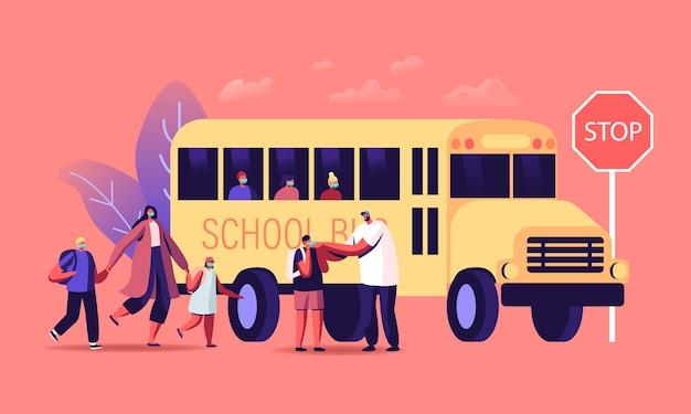 Eltern-charaktere sehen kleine kinder zum schulbus, zurück zur schule beim coronavirus-pandemie-konzept. schüler, die masken und rucksäcke tragen, steigen in den transport ein. cartoon-menschen-vektor-illustration