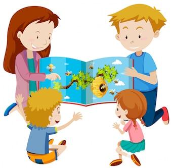 Eltern, die Buch zu den Kindern lesen