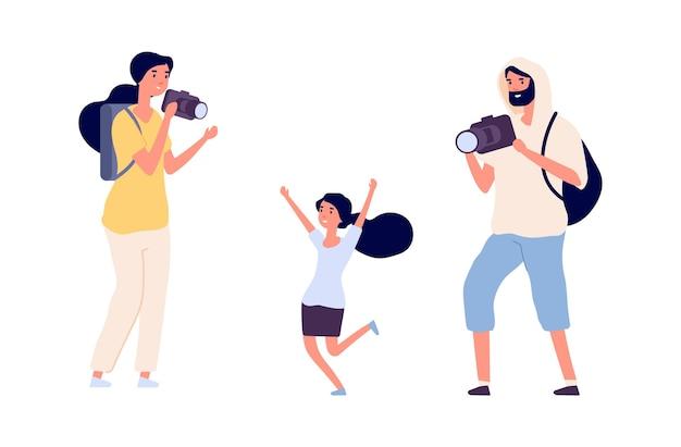 Eltern machen fotos. fotomodell des jungen mädchens, das berufsfotografen aufwirft. flache leute mit kameravektorzeichen. paar papa und mama schießen foto mit tochter illustration