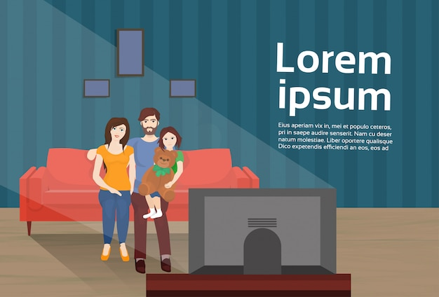 Eltern mit tochter sehen fern, auf couch zu sitzen und essen popcorn im wohnzimmer. textvorlage