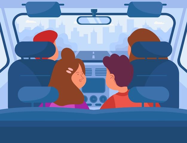 Eltern und kinder machen einen roadtrip