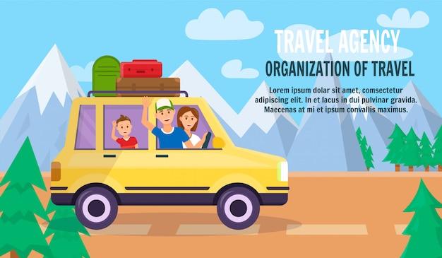 Eltern und sohn reisen mit dem auto durch die naturlandschaft