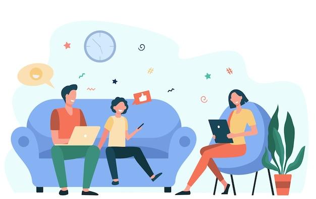 Elternpaar und kind mit geräten. social media süchtig familie mit laptop, tablet und telefon zusammen sitzen. flache vektorillustration für internetabhängigkeit, kommunikation