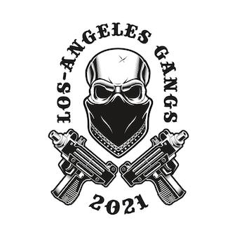Emblem des gangsta-schädels in einem bandana mit gekreuzten pistolen