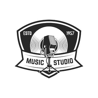 Emblemschablone mit retro-mikrofon. element für logo, etikett, zeichen. illustration