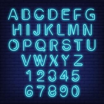 Englisch Alphabet und Zahlen. Leuchtreklame mit blauen Buchstaben.
