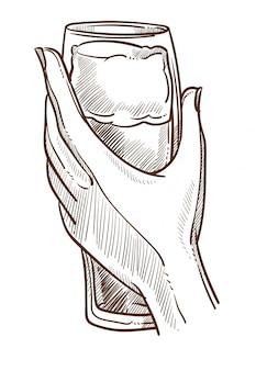 Enormer becher voll bier in der eleganten weiblichen hand