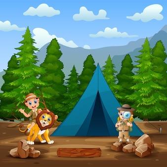 Entdeckerjunge mit einem löwen auf der campingplatzillustration