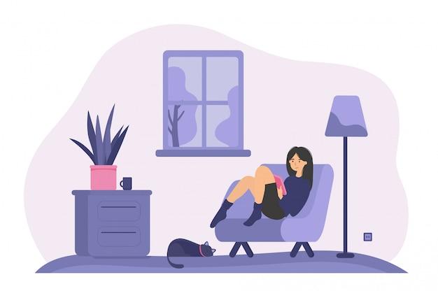 Entspannte frau, die im sessel mit buch sitzt