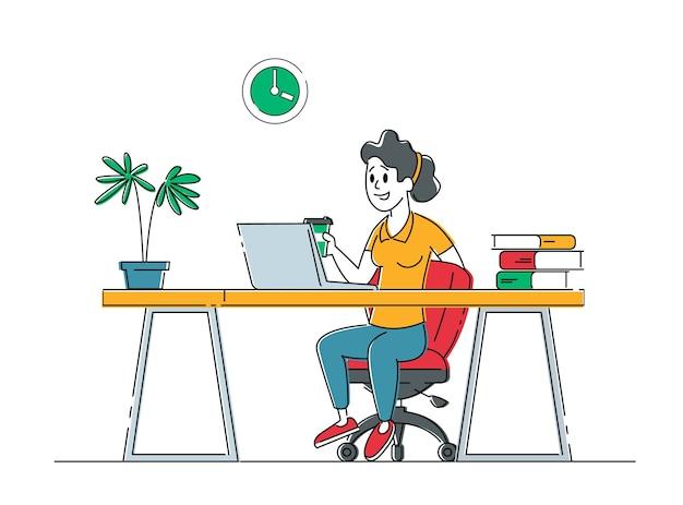 Entspannte geschäftsfrau oder freiberuflerin, die am laptop arbeitet, der auf dem boden sitzt und an aufgaben denkt