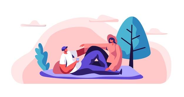 Entspanntes paar auf picknick mann und frau, die auf decke im stadtpark liegen. happy pair rest im stadtgarten. mann halten glas. freudige sommerfreizeit. flache karikatur-vektor-illustration