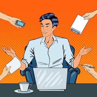 Enttäuschter pop-art-geschäftsmann mit laptop wirft seine hände bei multi-tasking-büroarbeit hoch. illustration