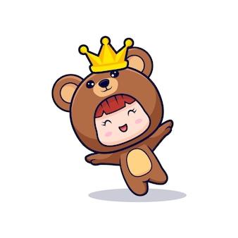 Entwurf des niedlichen mädchens, das bärenkostüm trägt und mit krone spielt