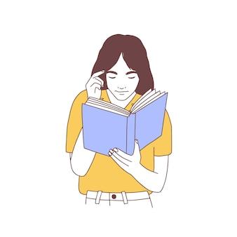 Entzückende junge frau, die buch liest oder sich auf prüfung vorbereitet