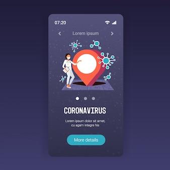 Epidemie mers-cov arzt mit mobilen navigations-app standort pin krankheit verbreiten coronavirus-infektion wuhan 2019-ncov pandemie gesundheitsrisiko stadtplan voller länge kopienraum
