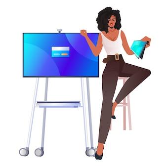 Erfolgreiche geschäftsfrau mit tablet-pc-online-kommunikationspräsentationskonzept