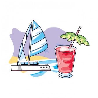 Erfrischen sie den saft am strand mit einem segelboot