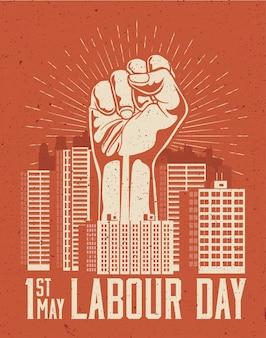 Erhöhte riesige armfaust über rotem stadtbild. 1. mai labor day plakatkonzept. illustration