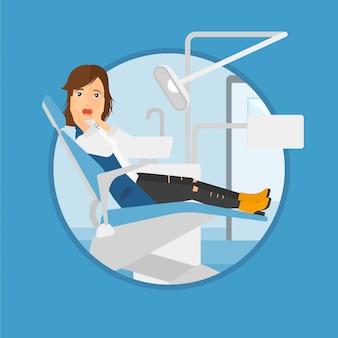Erschrockener patient im zahnmedizinischen stuhl.