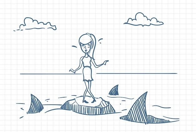 Erschrockenes geschäftsfrau-gekritzel, das auf felsen mit haifischen um gefahren-und krisen-konzept steht