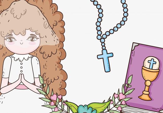 Erstkommunion des mädchens mit rosenkranz und bibel