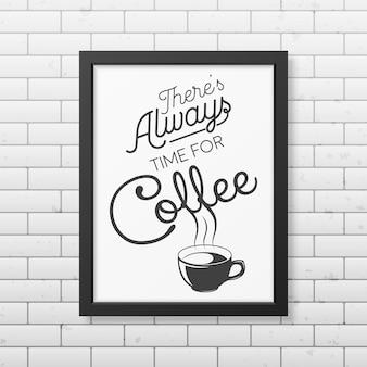 Es ist immer zeit für kaffee - zitat typografisch in realistischen quadratischen schwarzen rahmen auf der mauer