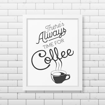 Es ist immer zeit für kaffee zitat typografischen hintergrund in realistischen quadratischen weißen rahmen auf dem backsteinmauer hintergrund.