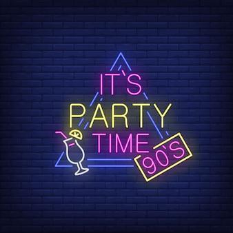 Es ist party time neon schriftzug mit cocktail.