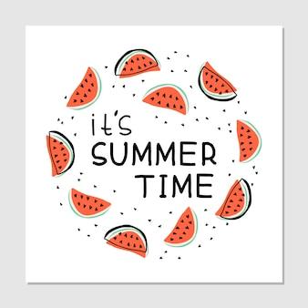 Es ist sommerzeit - handgezeichnete illustration. wassermelonenscheiben mit handschriftlichem schriftzug. saftiger fruchtdruck auf weißem hintergrund. runder rahmen mit text.