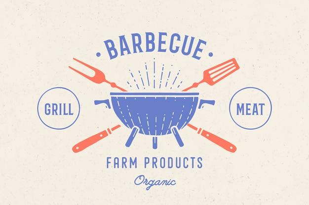 Etikett oder logo für restaurant. logo mit grill, grill oder grill, grillgabel, text barbecue, grillfleisch, landwirtschaftliche produkte. grafikschablonenlogo des restaurants, der bar, des cafés, des food court. illustration