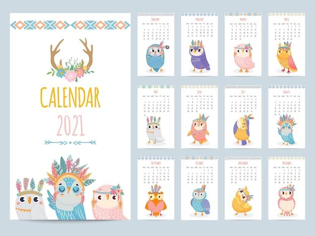 Eule kalender. farbgeschenk 2021 kalender, ethnische eule mit stammesfedern. niedliche weihnachten eulen vögel zeichen cartoon-vektor-illustration. entzückende bunte tiere für jeden monat