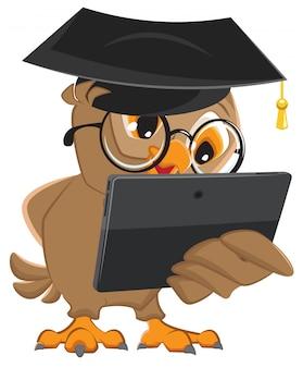 Eulenlehrer hält tablet-computer