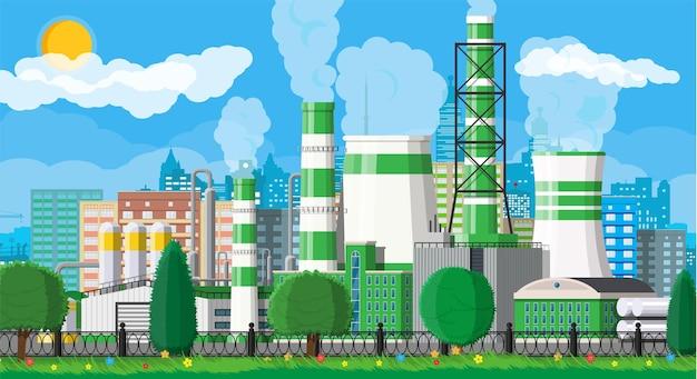 Fabrikgebäude. industriefabrik, kraftwerk. rohre, gebäude, lager, lagertank. grüne öko-pflanze. skyline des städtischen stadtbildes. bäume wolken und sonne.
