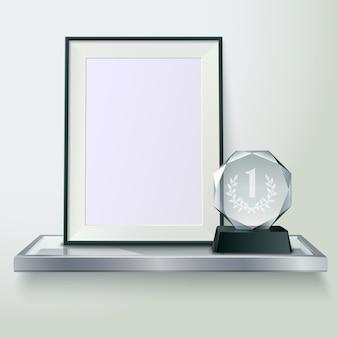 Facettierte runde kristallglas-siegerpokal- und -fotorahmen auf realistischer seitenansichtzusammensetzung des regals