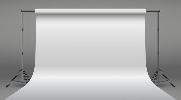 Fahnenstand mit weißbuchhintergrund. realistisches fotostudio