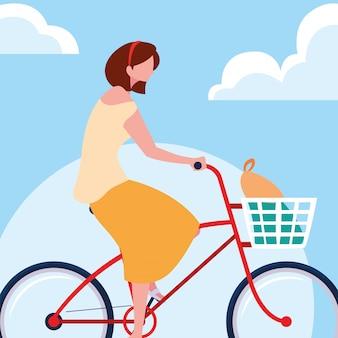 Fahrrad der jungen frau reitmit himmel und wolken