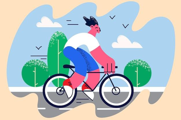 Fahrradfahren und sommeraktivitätenkonzept. lächelnde positive junge mann-cartoon-figur, die im sommer im park ein fahrrad mit festem gang fährt, mit grünen bäumen um die vektorgrafik herum