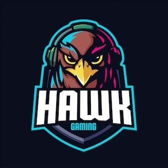 Falke mit headset-maskottchen für sport- und esport-logo lokalisiert auf dunklem hintergrund