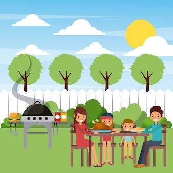 Familie, die abendessen im garten mit heißem lebensmittel des grills isst