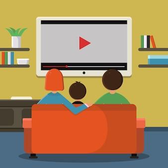 Familie, die auf sofa sitzt und digitales fernsehen auf der großen leinwand aufpasst.
