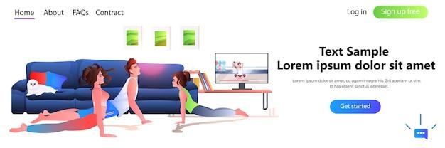 Familie, die dehnübungen macht, während sie online-video-trainingsprogramm sieht, gesundes lebensstilkonzept in voller länge, kopienraum horizontale illustration
