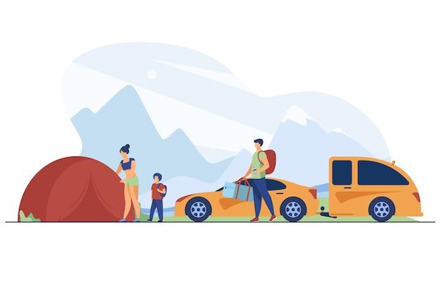 Familie, die lager in den bergen aufbaut. touristen mit kind nahe zelt und auto flache vektorillustration. urlaub, familienreisen, abenteuerkonzept