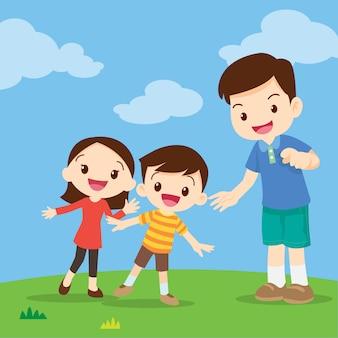 Familie, die zeigend schaut
