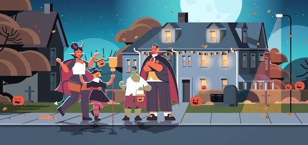 Familie in verschiedenen kostümen, die in der stadt spazieren gehen oder glückliche halloween-feierkonzepteltern mit kindern, die spaß horizontale vektorillustration in voller länge haben, behandeln